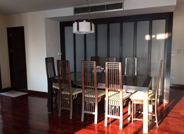 Three bedroom condo for rent in Chid Lom - Dining area