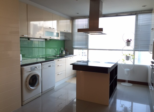 Three bedroom condo for rent in  Chid Lom -  Kitchen