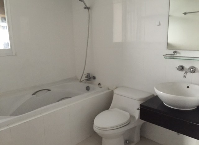 Three bedroom condo for rent in Chid Lom - Bathroom