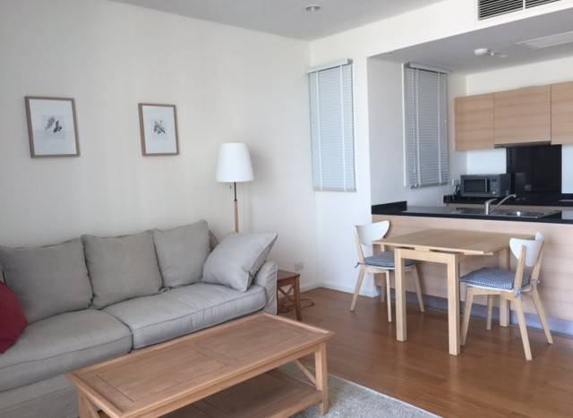One bed condo for rent in Asoke - Kitchen/living area