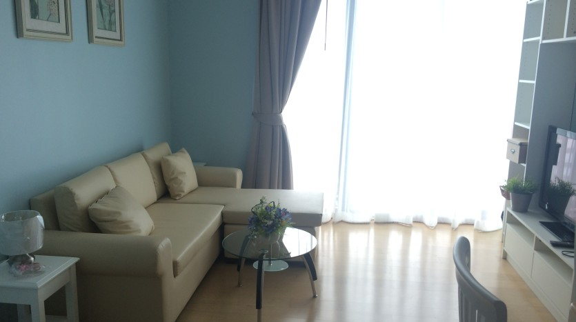 One bed condo for rent in Ari - Living room