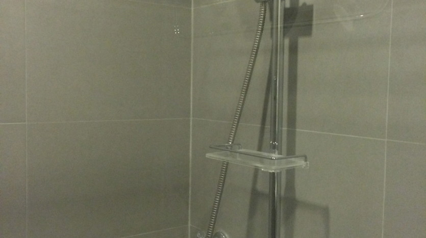 One bed condo for rent in Ari - Shower
