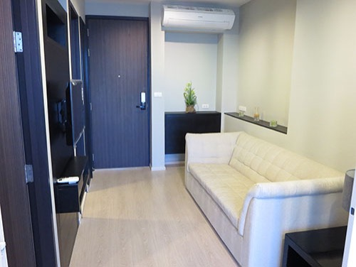 One bed condo for rent in Phra khanong - Living room