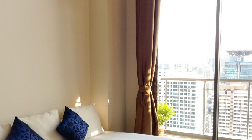 Two bed condo for rent in Asoke -  Living Room