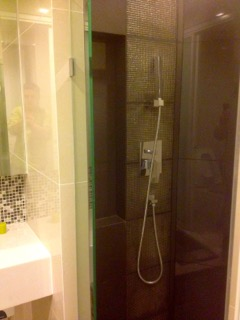 One bed condo for rent in Phra khanong -Shower