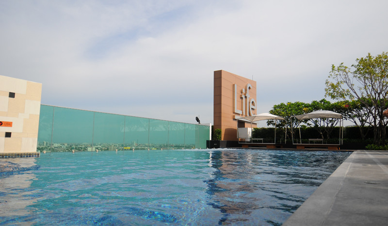 Two bed condo for rent in Ekkamai - Pool