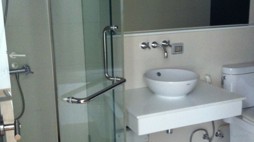 Two bed condo for rent in Ekkamai - Bathroom1
