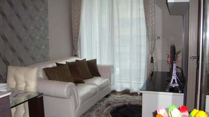 One bed condo for rent in Ekkamai - Living room