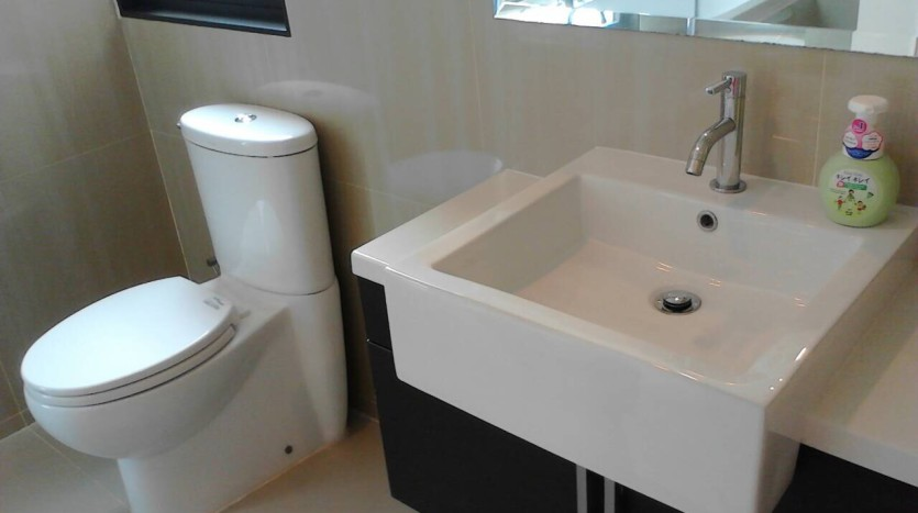 Two bedroom condo for rent in Asoke - Bathroom two
