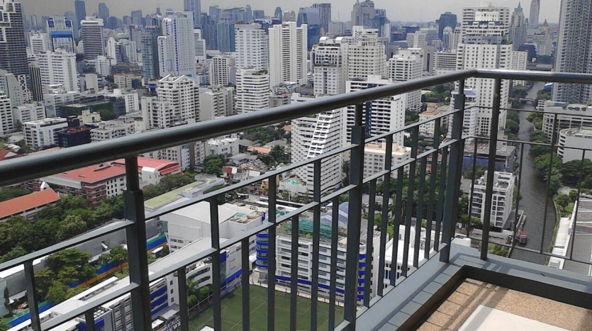 Two bedroom condo for rent in Asoke - Balcony