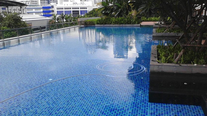 Two bedroom condo for rent in Asoke - Swimming pool
