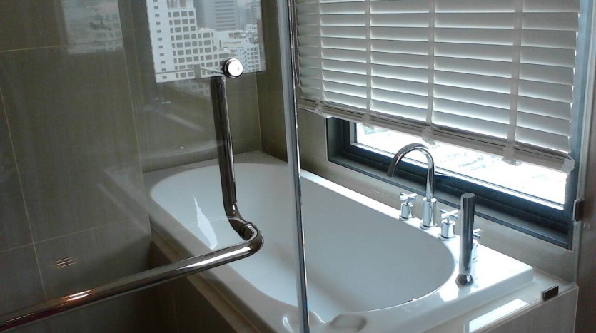 Two bedroom condo for rent in Asoke - Second bathroom