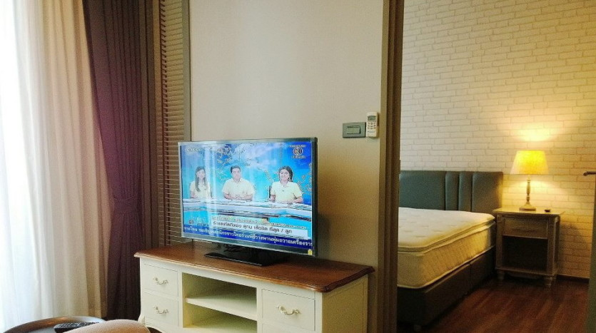 One bed condo for rent  in Ekkamai - TV