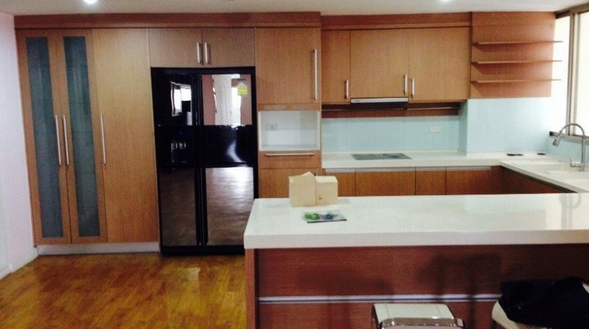 Four bedroom condo for rent in Ekkamai - Kitchen