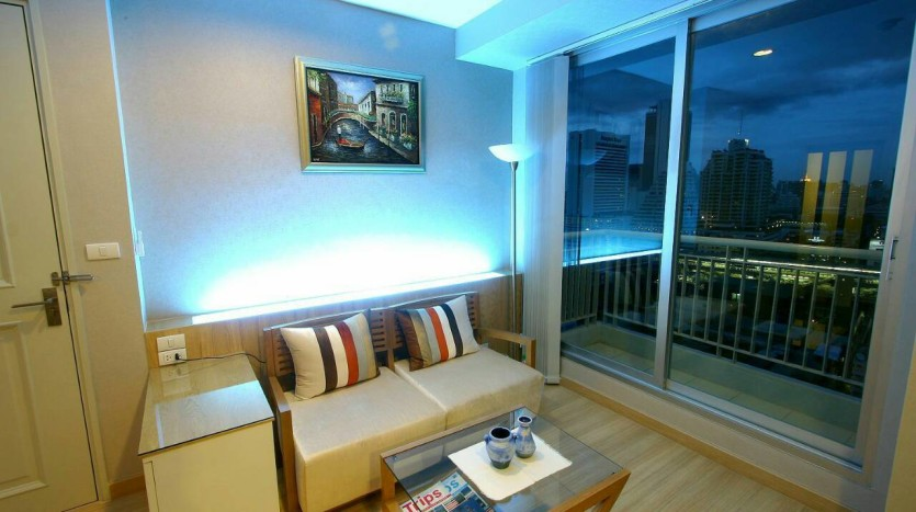 One bed condo for rent at Sathon - Sofa