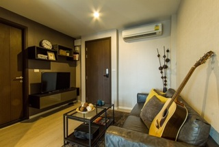 One bed for rent at Sathon - Living room