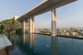 One bed for rent at Sathon - Swimming pool