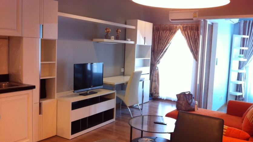 One bedroom condo available for rent in Siam - TV Set