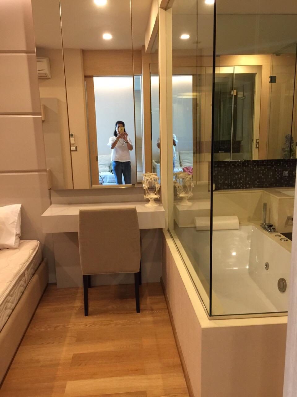 one bedroom condo. One bedroom condo for rent in Asoke  Bathroom on high floor Petchaburi ProMove