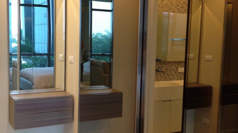 One bed for rent at Asoke - Wardrobe