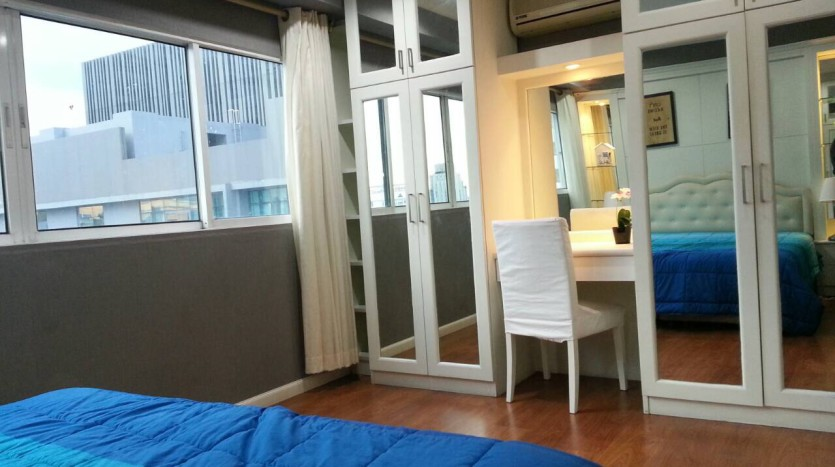 Two bedroom condo for rent in Asoke - Master bedroom storage