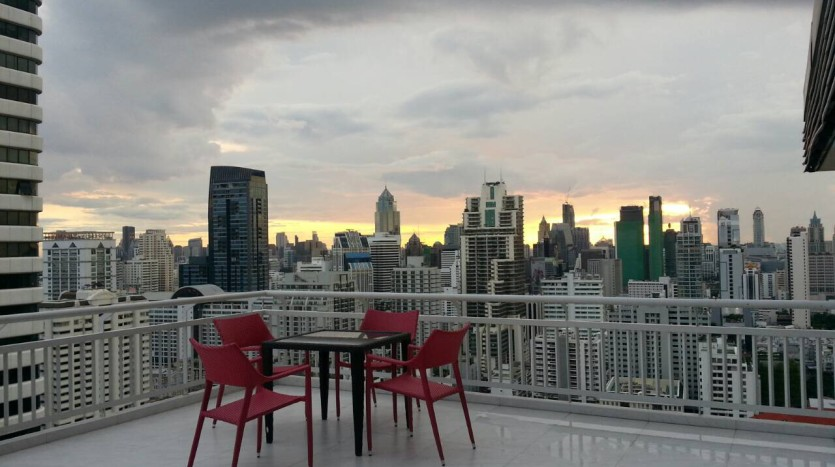 Two bedroom condo for rent in Asoke - Terrace dining