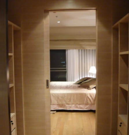 Two bed condo for rent at PhromPhong - Walk-in closet