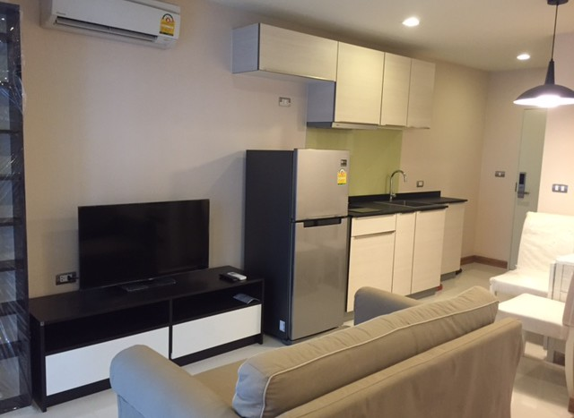 One bedroom condo for rent in Ekamai - Living room
