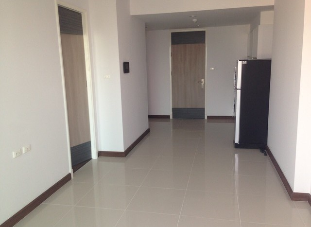 One bedroom condo for rent on Petchaburi Road - Living room