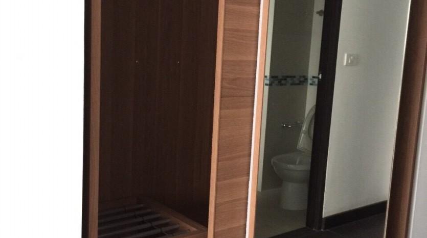 One bedroom duplex condo for rent in PhayaThai - Wardrobe