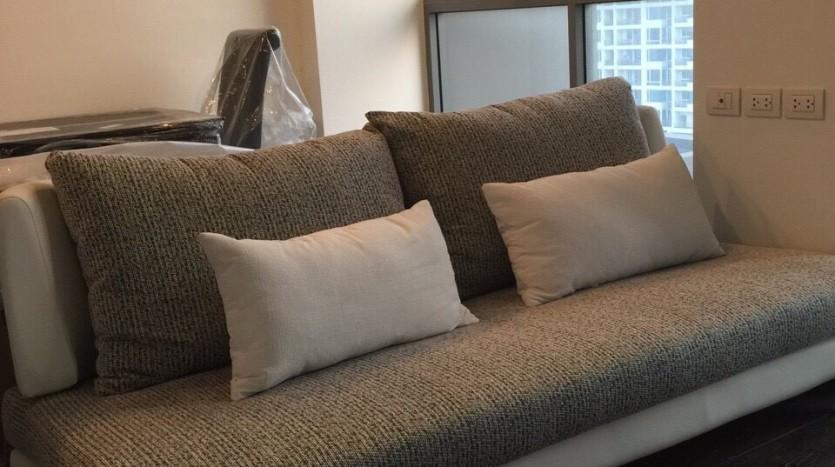 One bedroom duplex condo for rent in PhayaThai - Sofa