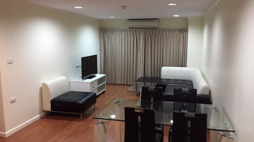 Two bed condo for rent in Thong Lor - Living room