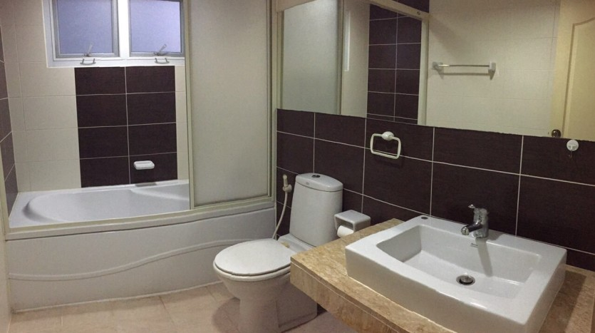 Two bed condo for rent in Thong Lor - Bathroom