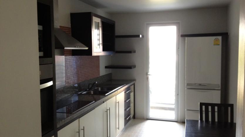 Three bedroom condo for rent in Ekkamai - Kitchen