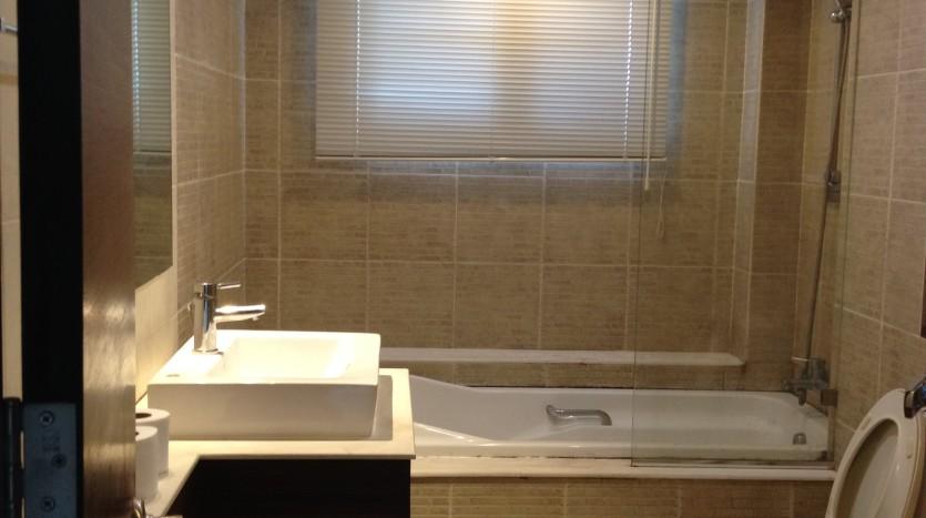 Three bedroom condo for rent in Ekkamai - Bathroom
