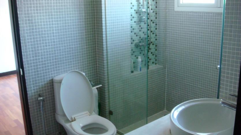 Three bedroom condo for rent in Ekkamai - Guest bathroom