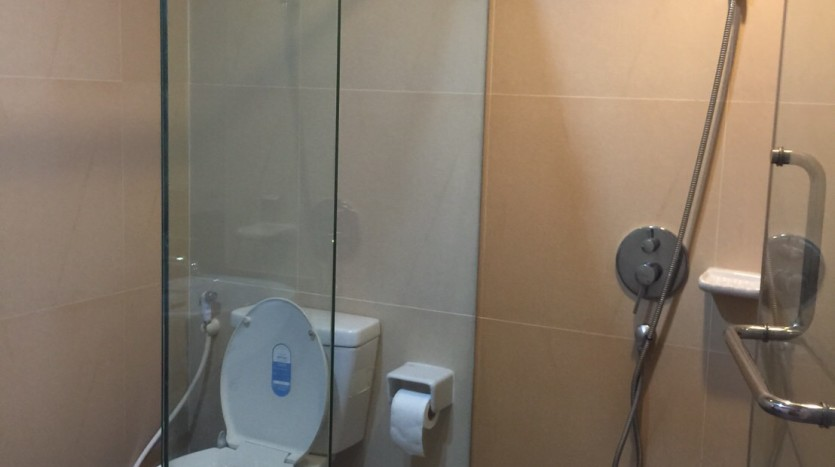 Two bedroom condo for rent in Thong Lo - Second bathroom