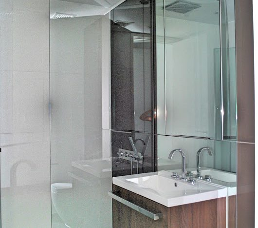 Two bedroom condo for rent in Rajadamri - Guest bathroom