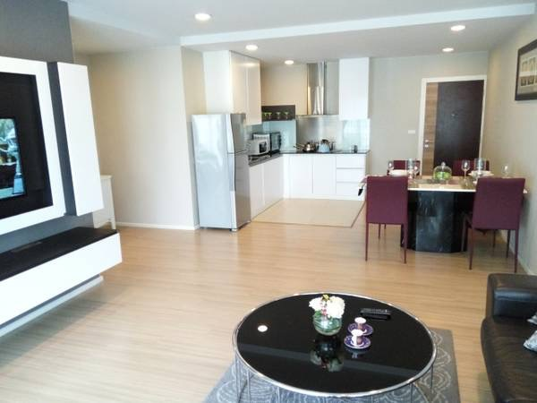 Three bedroom condo for rent in Ploenchit - Coffee table