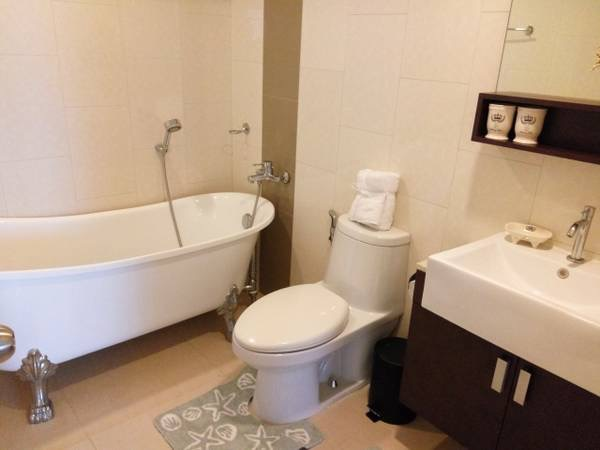Three bedroom condo for rent in Ploenchit - Bathroom