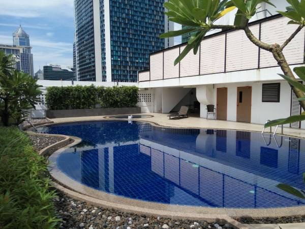 Three bedroom condo for rent in Ploenchit - Swimming pool