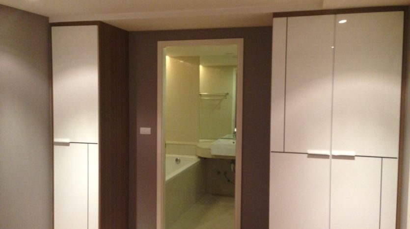 One bedroom condo for rent in Ekamai - Wardrobe