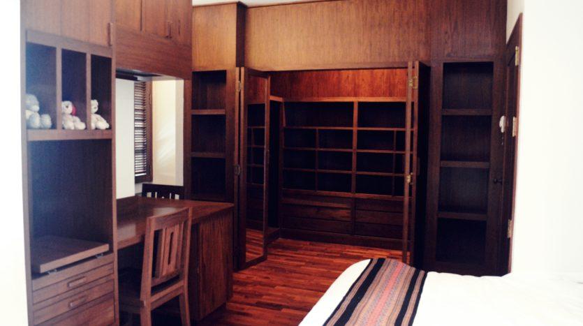 Two bedroom condo for rent in Langsuan - Wardrobe