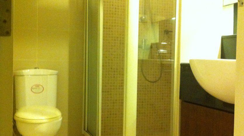 Two bedroom corner unit for rent in Ari - Guest bathroom