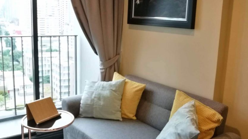 One bedroom condo for rent in Asoke - Sofa