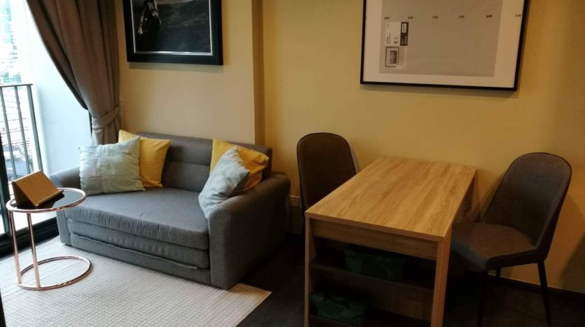 One bedroom condo for rent in Asoke - Living room