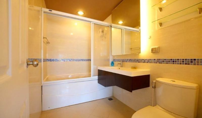 Two bedroom condo for rent in Ekamai - Bathroom