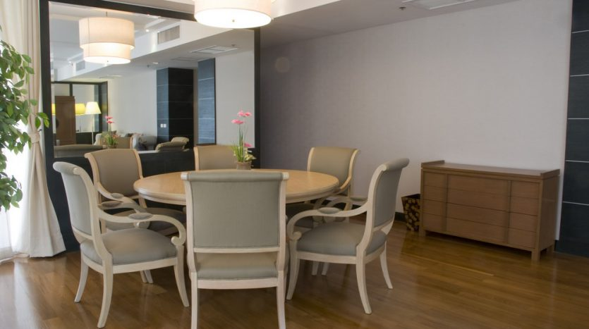Two bedroom condo for rent in Langsuan - Dining table