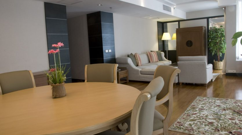 Two bedroom condo for rent in Langsuan - Dining area