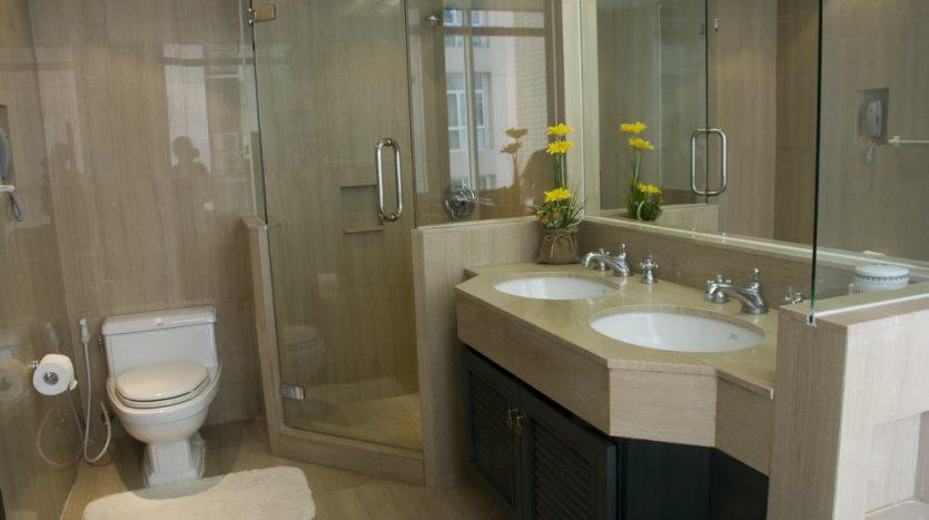 Two bedroom condo for rent in Langsuan - Bathroom